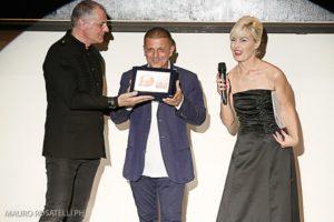 swiss fashion world franco taranto consegna premio carriera a carlo alberto terranova
