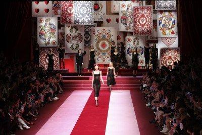 La sfilata della collezione primavera-estate 2018 di Dolce & Gabbana - Milano, 24 settembre 2017 (AP Photo/Antonio Calanni)La sfilata della collezione primavera-estate 2018 di Dolce & Gabbana - Milano, 24 settembre 2017 (AP Photo/Antonio Calanni)