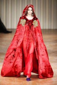 velluto velvet tendenza autunno inverno mantella rossa alberta ferretti
