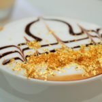 Il cappuccino più glamour del mondo? Con scaglie d'oro o glitter!