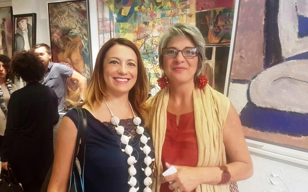 La designer Angela Simone presenta i suoi bellissimi gioielli di carta