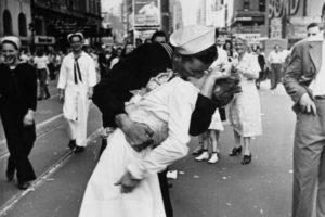 giornata mondiale del bacio foto marinaio infermiera