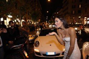 Il bacio di Elisabetta Gregoraci alla folla
