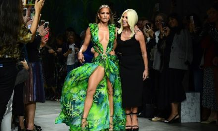J.Lo incanta ancora una volta con il nuovo Jungle Dress