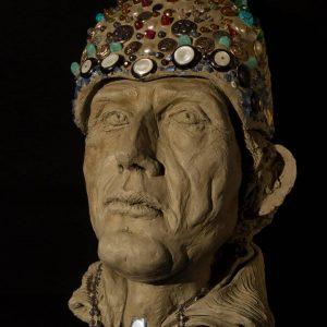 LETIZIA CUCCIARELLI-Papa Bonifacio VIII–Lo schiaffo di Anagni –2018 creta cruda con inserti di botton, pietre dure e perle 38 x18 x18 cm